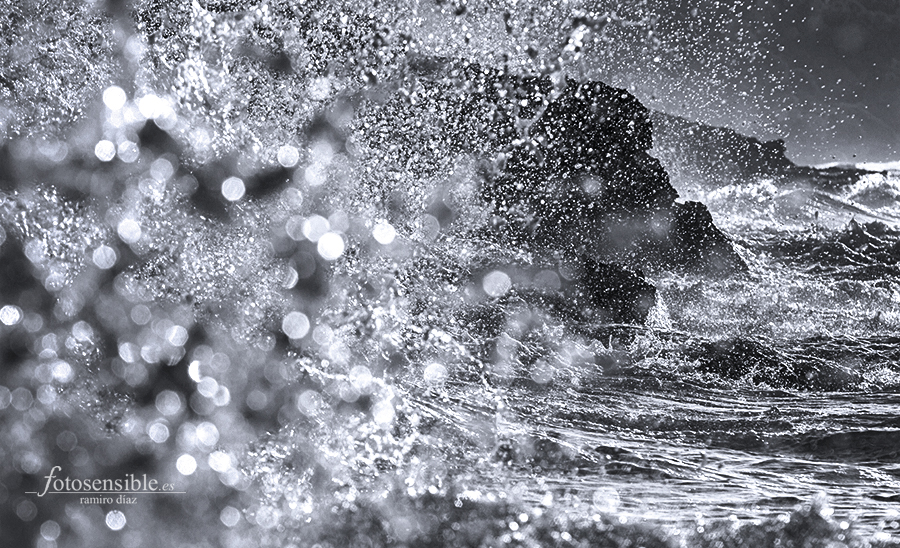 Rompe la ola y se hace añicos contra la roca, como diamantes de sal que quedan suspendidos en el aire por un segundo.