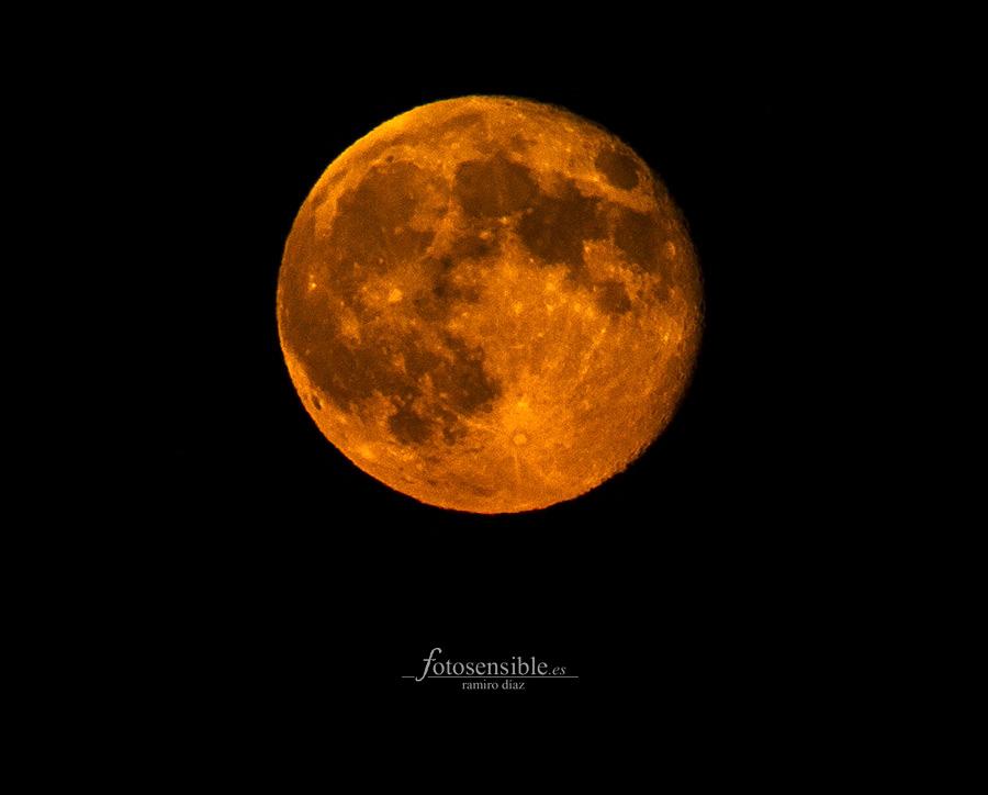 Luna de sangre en verano.