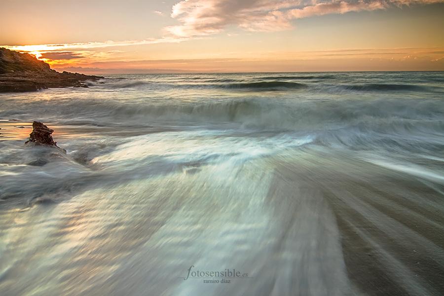 Una ola cubre la playa de sal, y se retira para dejar paso a la siguiente...