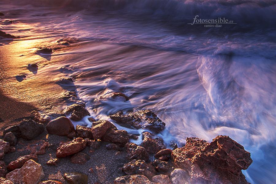 Púrpura y oro en la playa, regalo del sol al nuevo día.